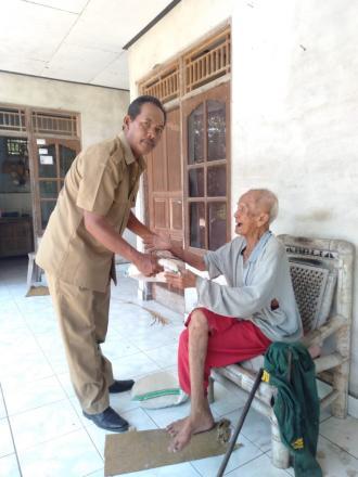 Penyerahan Sembako Untuk Lansia Warga Masyarakat Desa Nagasepaha